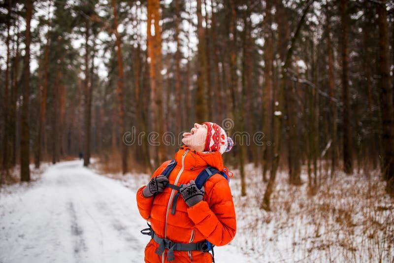 Immagine dell'uomo che cerca nell'inverno fotografia stock libera da diritti