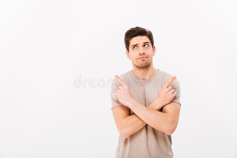 Immagine dell'uomo di nidiata muscolare che porta maglietta beige che gesturing f immagine stock