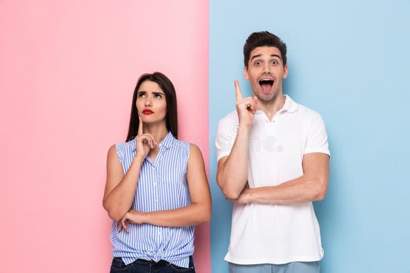 Immagine dell'uomo e della donna caucasici nell'abbigliamento casual che tocca i menti a fotografia stock