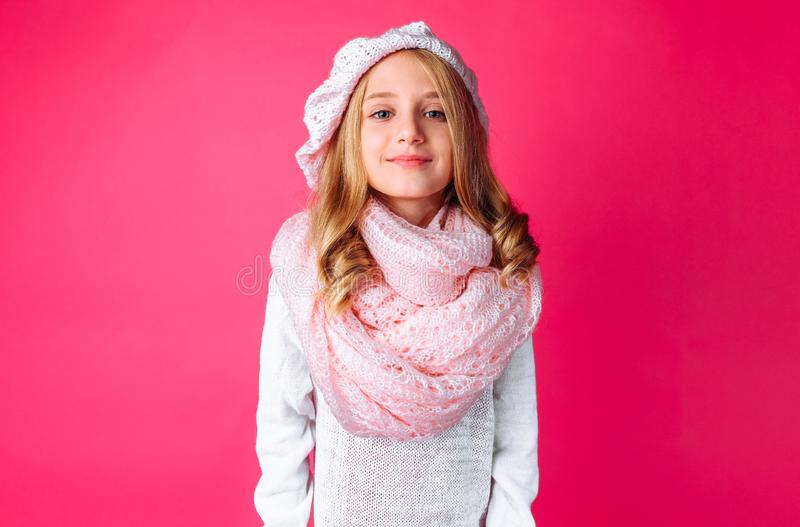 Immagine della condizione teenager felice della ragazza isolata su fondo rosa, i fotografia stock libera da diritti