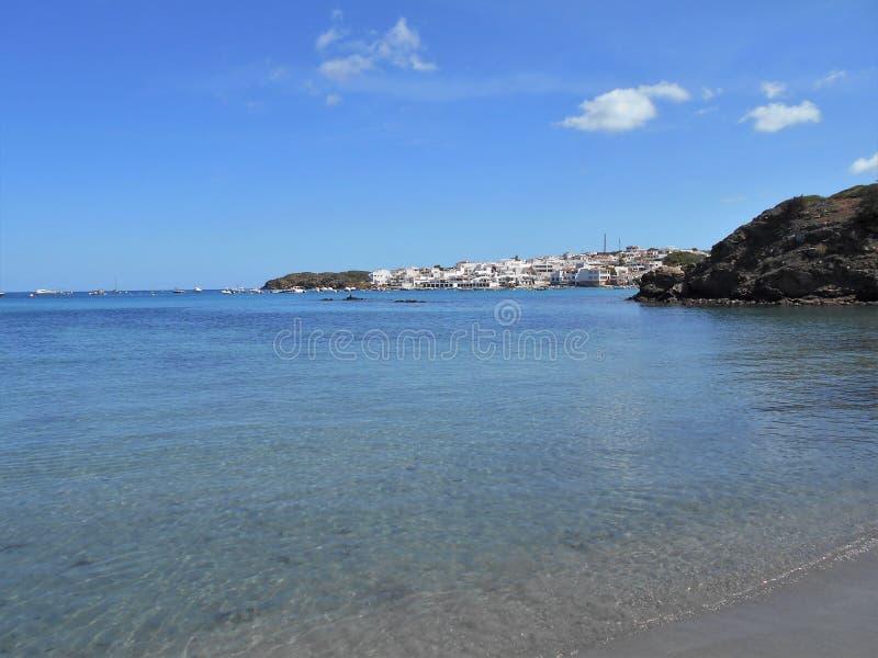 Immagine della costa dell'isola di Baeutiful Menorca in Spagna Un paradiso naturale fotografie stock