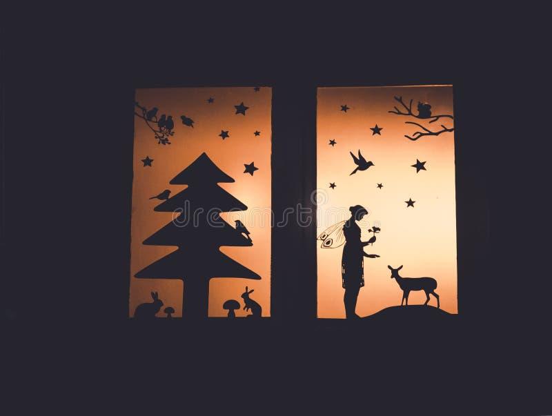 Immagine della decorazione della finestra con le siluette di fiaba più forrest fotografia stock libera da diritti