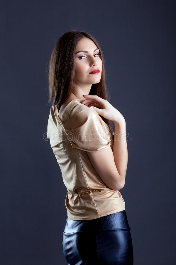 Immagine della donna abbastanza snella in vestiti alla moda fotografia stock libera da diritti