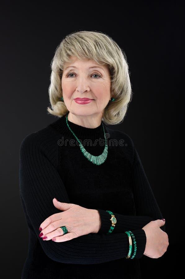 Immagine della donna anziana con l'insieme della malachite fotografia stock libera da diritti