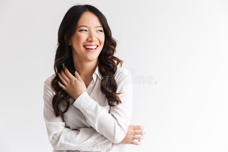 Immagine della donna cinese affascinante con capelli scuri lunghi che guardano asid immagini stock libere da diritti