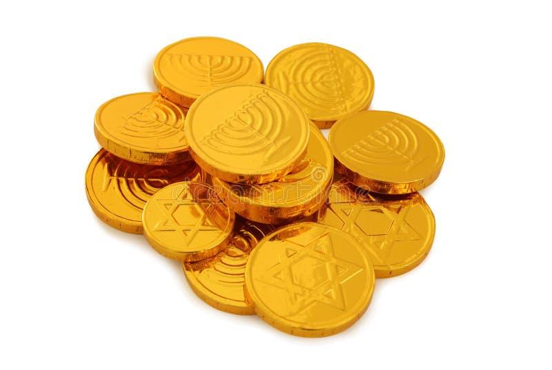 Immagine della festa ebrea Chanukah con le monete del cioccolato dell'oro isolate su bianco fotografia stock