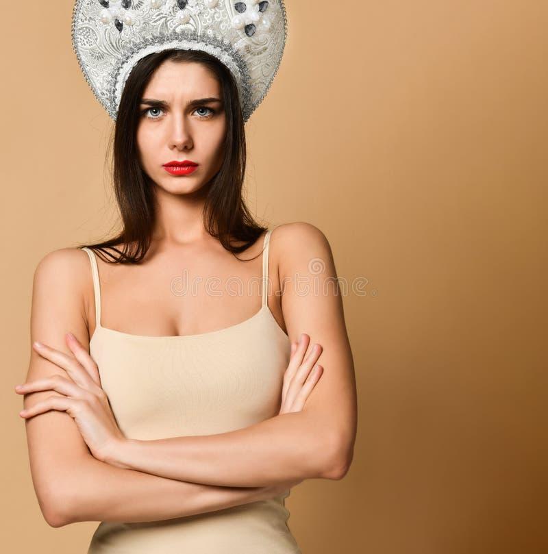 Immagine della giovane donna arrabbiata che controlla fondo nudo sguardo della macchina fotografica fotografie stock