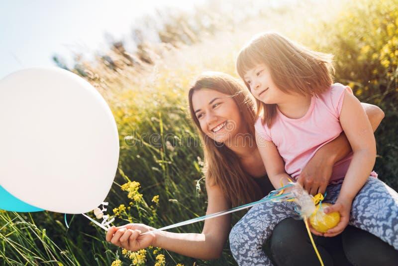 Immagine della madre e del bambino con i bisogni speciali fotografia stock libera da diritti