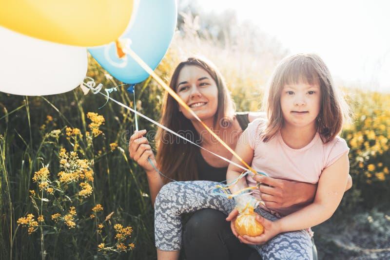 Immagine della madre e del bambino con i bisogni speciali fotografia stock