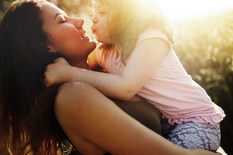 Immagine della madre e del bambino con i bisogni speciali immagine stock