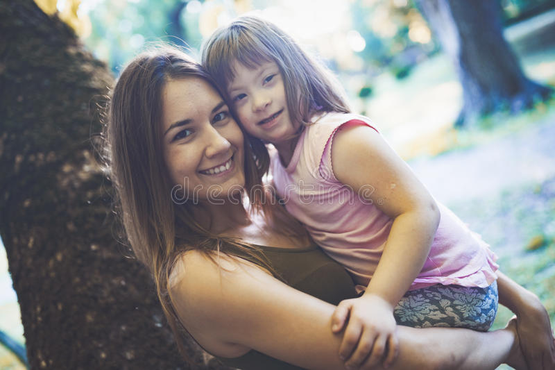 Immagine della madre e del bambino con i bisogni speciali immagini stock libere da diritti