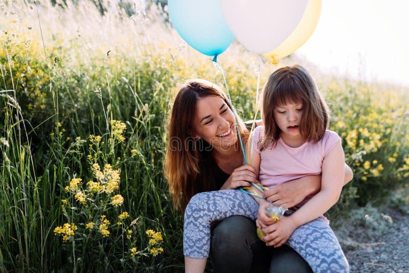 Immagine della madre e del bambino con i bisogni speciali immagini stock
