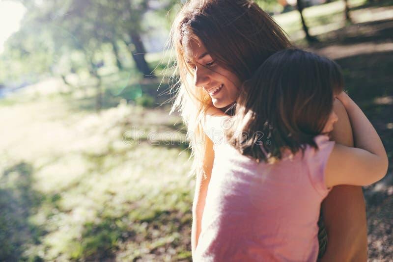 Immagine della madre e del bambino con i bisogni speciali fotografie stock libere da diritti