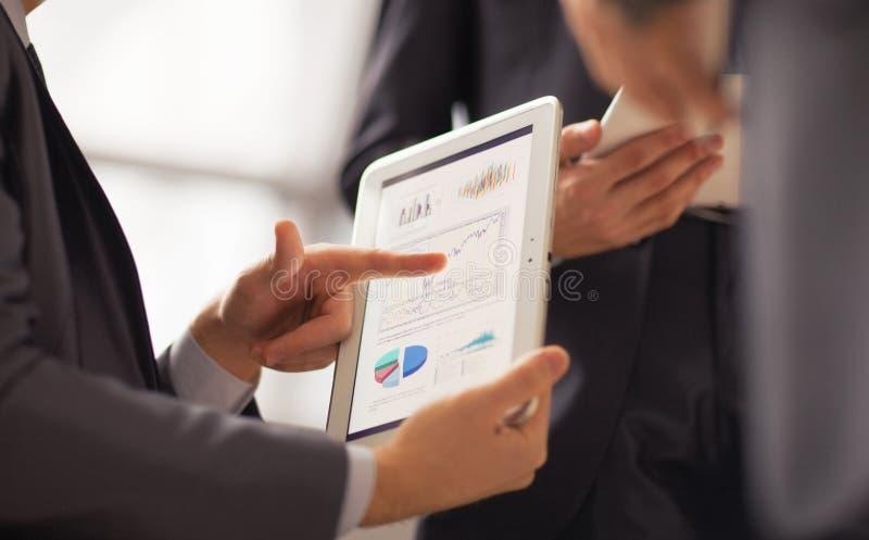 Immagine della mano umana che indica allo schermo attivabile al tatto fotografia stock libera da diritti