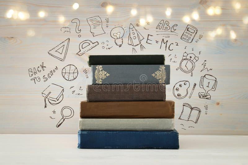 immagine della pila di libri sopra la tavola di legno con l'insieme di nuovo al infographics della scuola fotografia stock libera da diritti