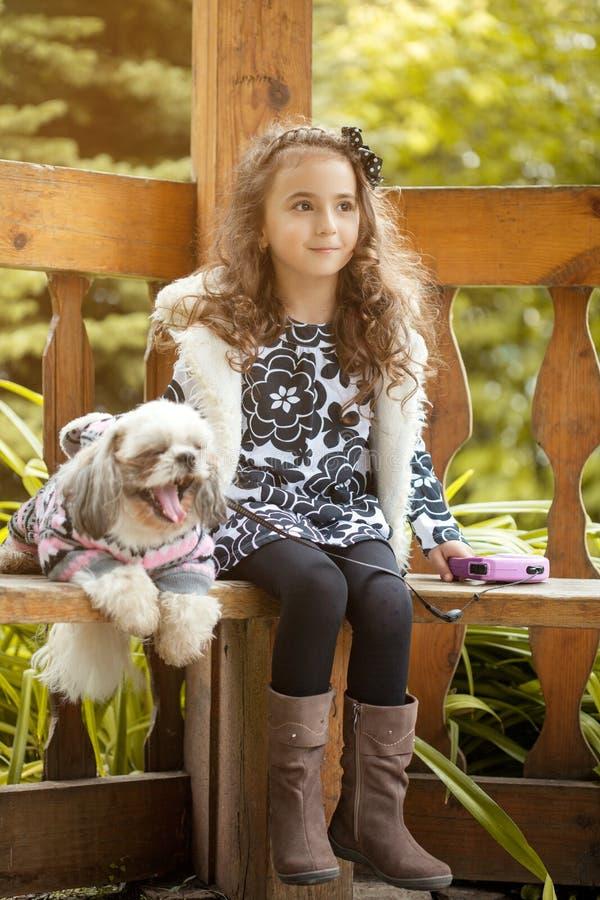 Immagine della ragazza adorabile che posa con il cucciolo di sbadiglio immagini stock