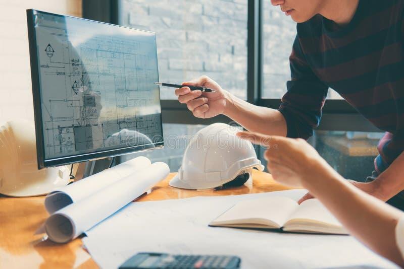 Immagine della riunione del partner dell'architetto o dell'ingegnere per il lavoro con fotografie stock libere da diritti