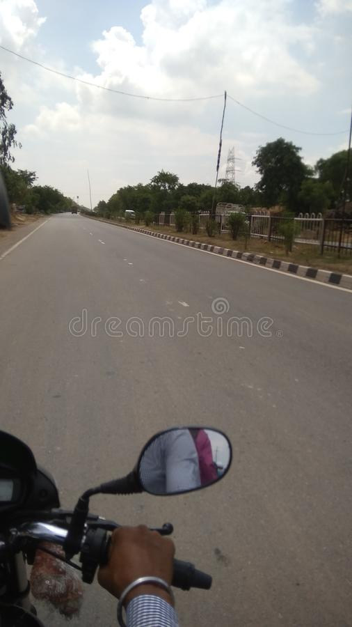 Immagine della strada con la bici di guida fotografia stock libera da diritti