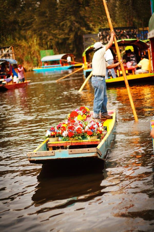 Immagine delle barche variopinte sui canali aztechi antichi a Xochimi immagine stock