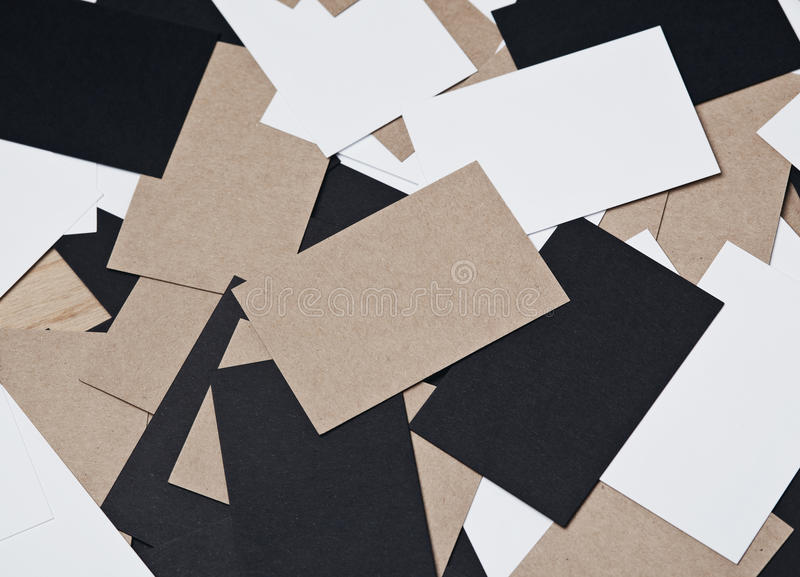 Immagine delle carte bianche, nere e di impresa artigiana sulla tavola di legno fotografia stock libera da diritti