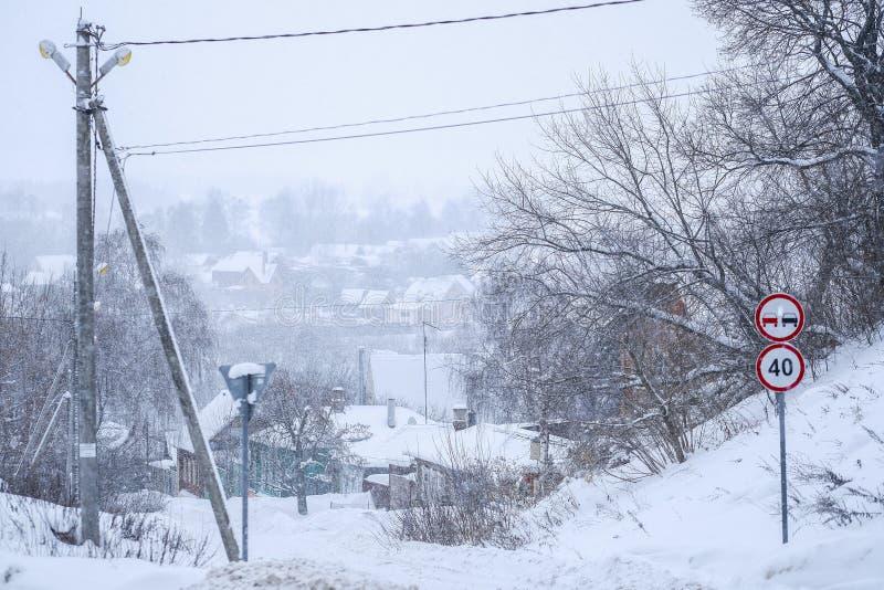 immagine delle casette rurali in Zarajsk in precipitazioni nevose immagini stock libere da diritti