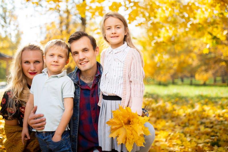 Immagine delle coppie di amore con i bambini nella foresta di autunno immagini stock libere da diritti