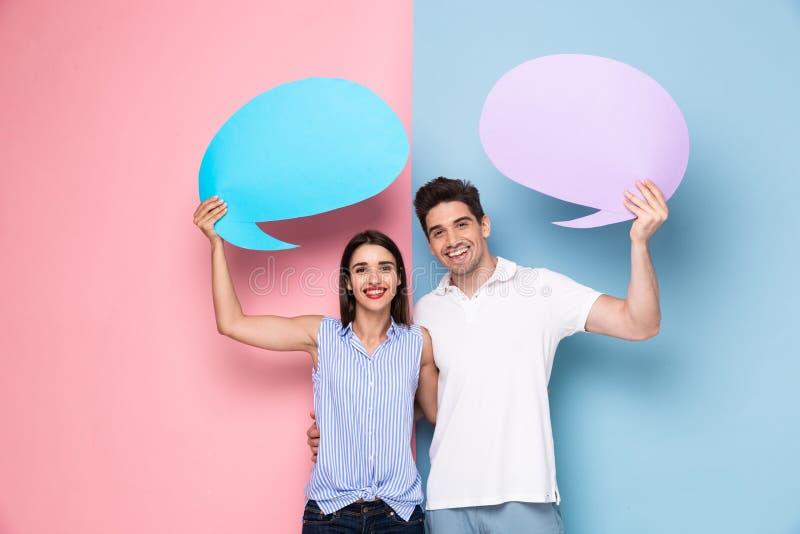 Immagine delle coppie ottimiste che tengono le bolle commerciali del copyspace fotografia stock libera da diritti