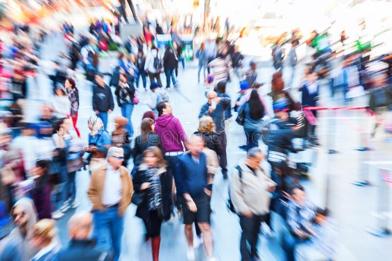 Immagine delle folle della gente nella città con effetto dello zoom immagine stock libera da diritti