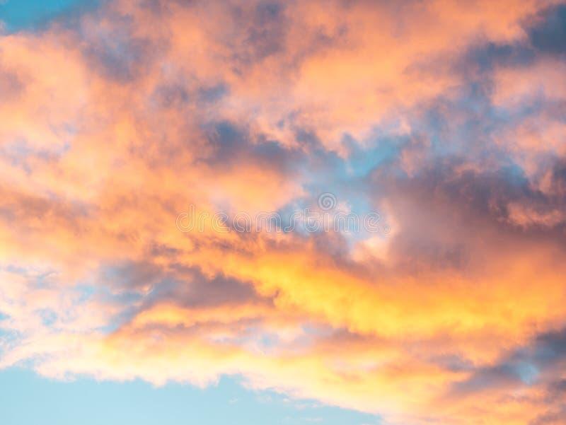 Immagine delle nuvole rosse di tramonto Fondo Disposizione piana immagini stock