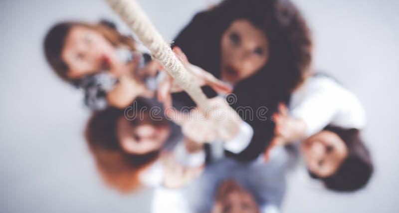 Immagine delle persone di affari che salgono sulla corda immagini stock