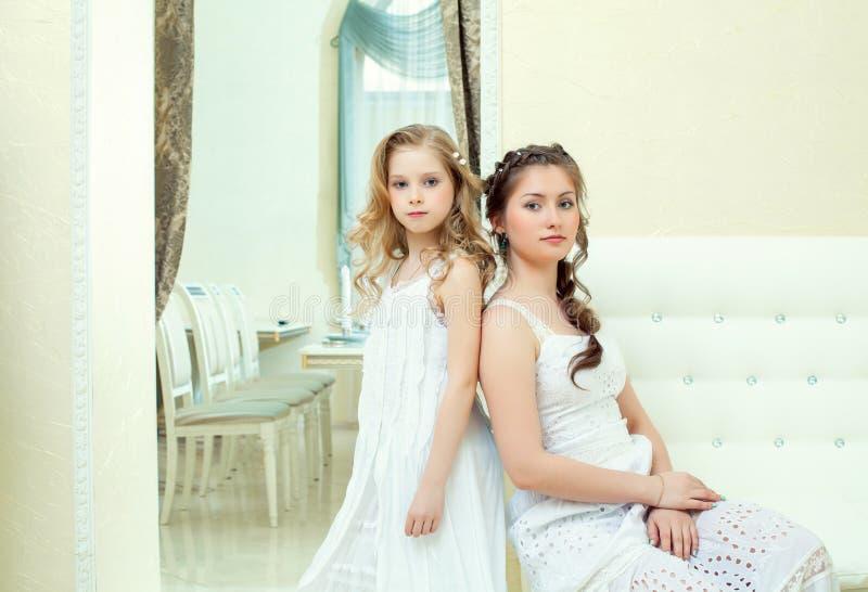 Immagine delle sorelle abbastanza astute che posano alla macchina fotografica fotografie stock libere da diritti