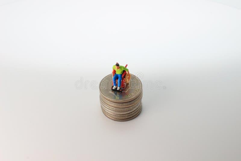Immagine delle spese mediche di mini figura fotografia stock