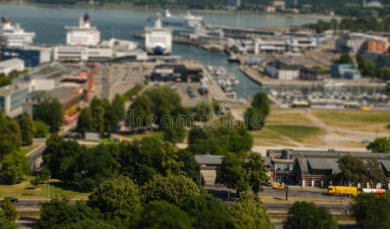 Immagine dello spostamento di inclinazione del traffico al porto di Tallinn, Estonia fotografia stock libera da diritti