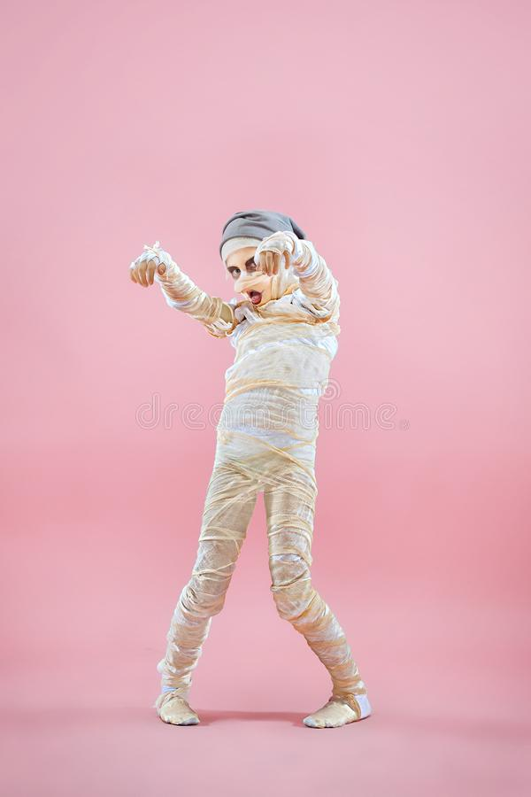 Immagine dello studio di giovane uomo teenager della ragazza bendato, immagine stock
