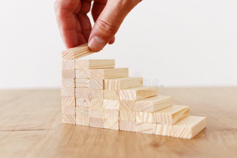 Immagine di affari di organizzazione dei blocchi di legno che impilano come scale di punto Concetto di sviluppo e di successo immagini stock