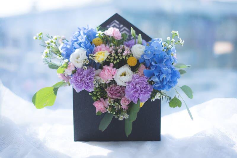 Immagine di bella disposizione di fiori con l'ortensia, eustoma bianco, rose dello spruzzo, garofani sul fondo della finestra immagini stock libere da diritti