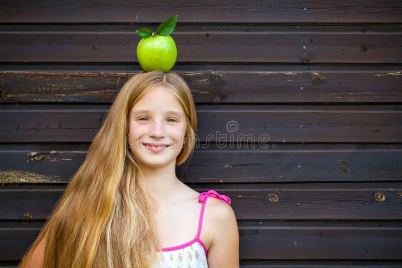 Immagine di bella ragazza con la mela verde immagine stock