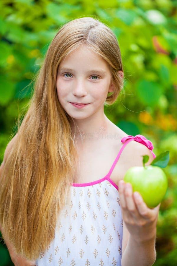 Immagine di bella ragazza con la mela verde immagine stock libera da diritti