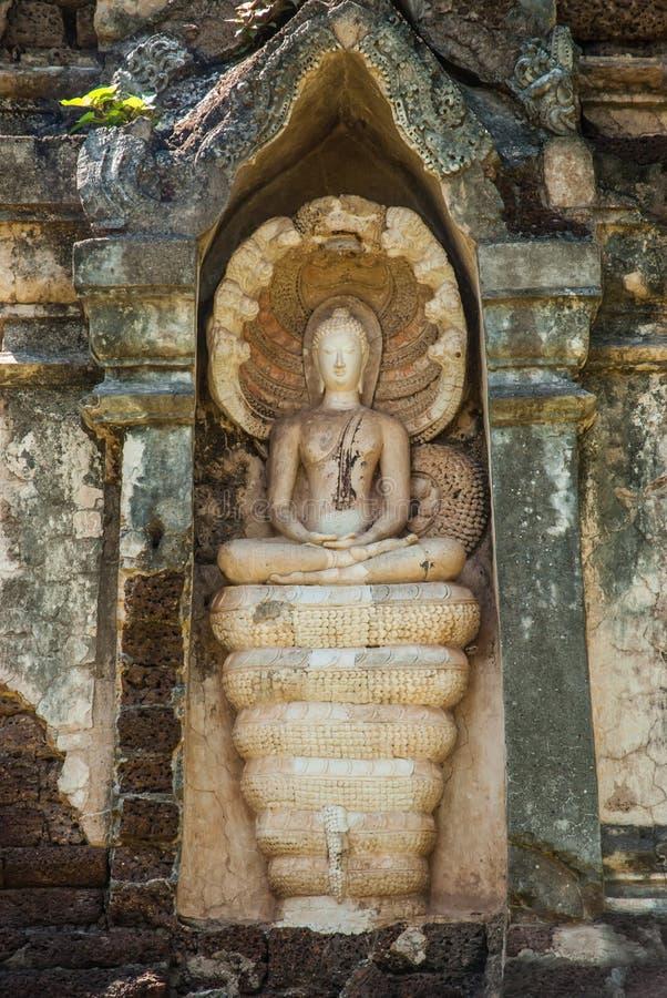 Immagine di Buddha con re coperto del naga fotografia stock