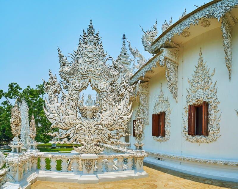 Immagine di Buddha sul terrazzo del tempio bianco, Chiang Rai, Tailandia immagine stock libera da diritti