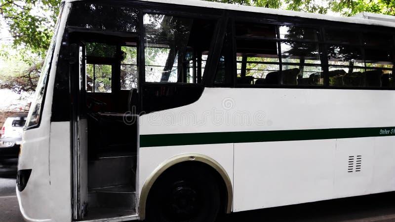 immagine di chiusura laterale del bus bianco fotografie stock