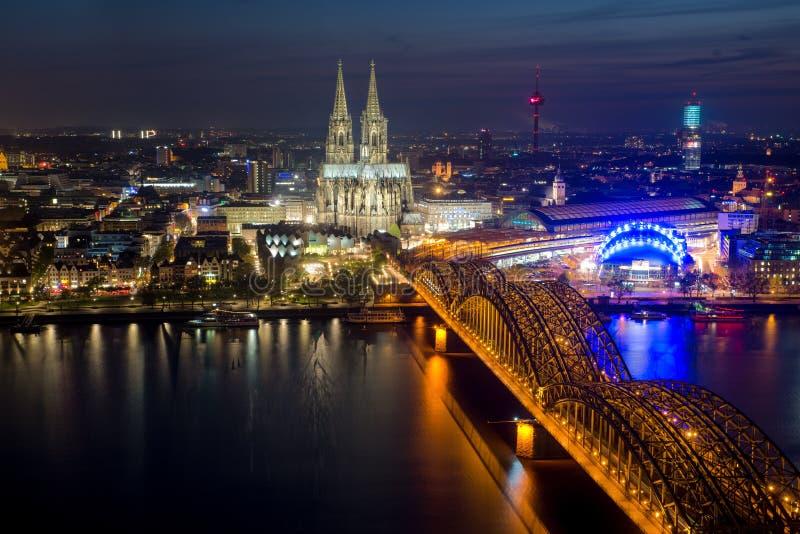 Immagine di Colonia con la cattedrale di Colonia durante il hou blu crepuscolare immagine stock