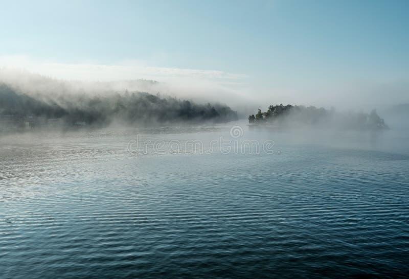 Immagine di colore delle isole nel Mar Baltico nebbioso immagini stock libere da diritti