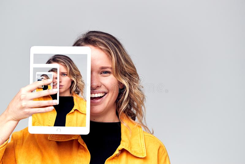 Immagine Di Concetto Composito Che Mostra Emozioni Contrastanti Di Una Donna Che Utilizza Social Media Con Tablet Digitale fotografia stock libera da diritti