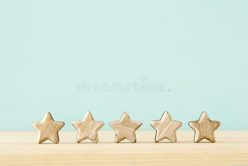 Immagine di concetto di definizione dell'obiettivo di cinque stelle aumenti l'idea di valutazione o del posto, di valutazione e d immagine stock