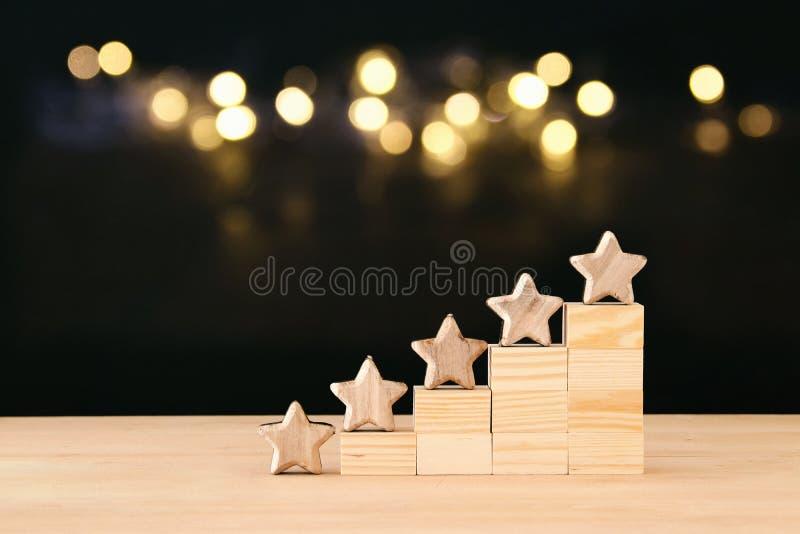 Immagine di concetto di definizione dell'obiettivo di cinque stelle aumenti l'idea di valutazione o del posto, di valutazione e d immagini stock libere da diritti