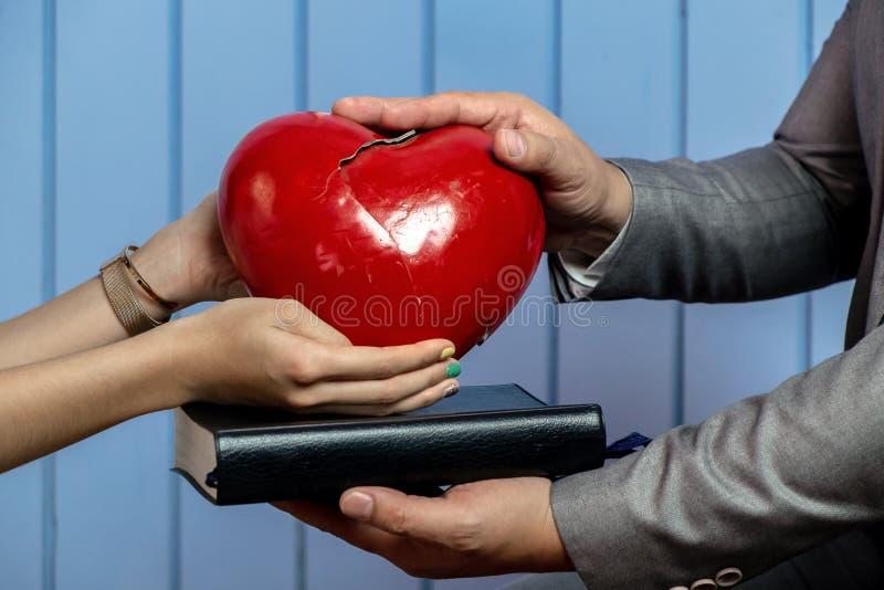 Immagine di concetto della ragazza con il suo cuore rotto e di guarigione dalla t immagine stock libera da diritti