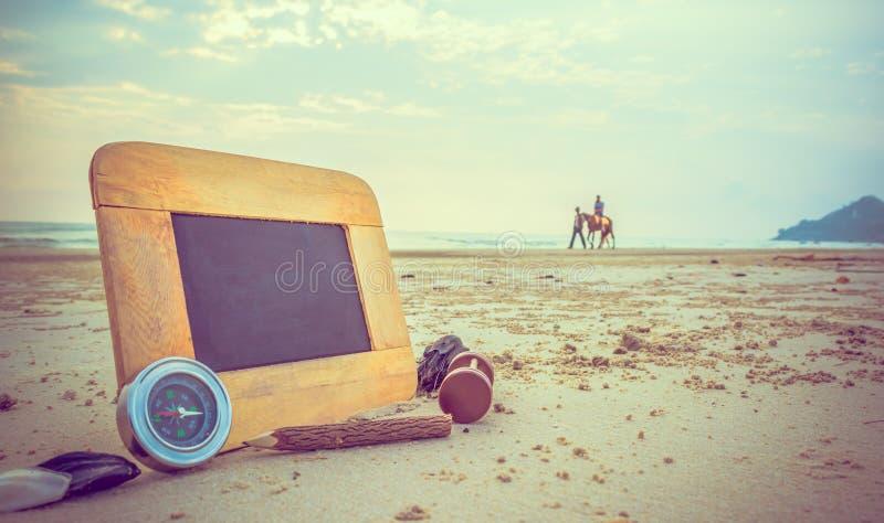 immagine di concetto di viaggio degli elementi della cancelleria e della lavagna per cre fotografia stock