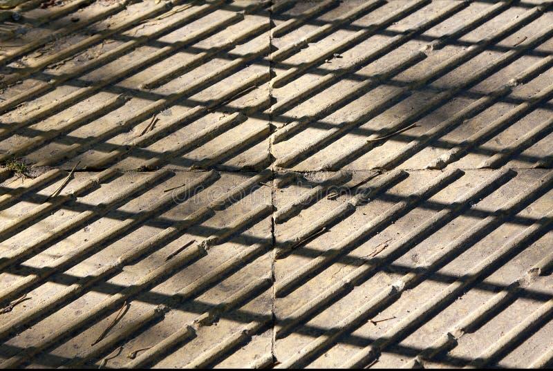 Immagine di contrapposizione Lastre per pavimentazione un giorno soleggiato La luce e l'ombra immagine stock libera da diritti