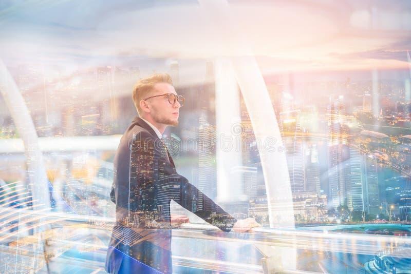 Immagine di doppia esposizione dell'uomo d'affari che guarda il futuro sull'offuscamento immagini stock libere da diritti